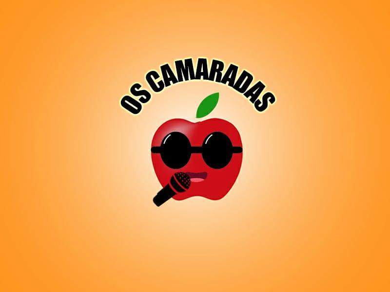 Logotipo com fundo laranja em degradê para o centro mais claro. Ainda no centro acima em negrito, letras caixa alta OS CAMARADAS e ao meio o desenho de uma maçã vermelha com uma folha verde acima, a maçã possui óculos escuros com lentes arredondadas e está com a boca entre aberta. A esquerda um microfone preto, com detalhes vermelhos e está na direção da boca